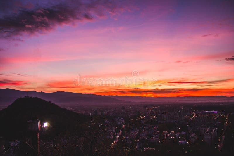 Zonsondergang over de heuvels van Plovdiv royalty-vrije stock afbeeldingen