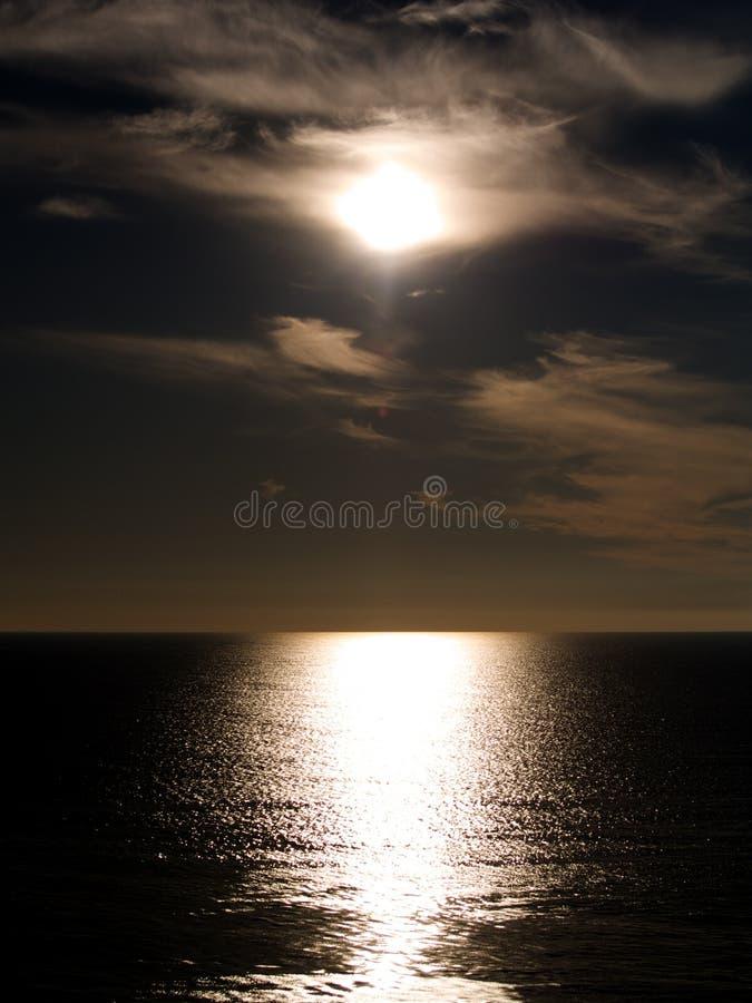 zonsondergang over de horizon stock foto