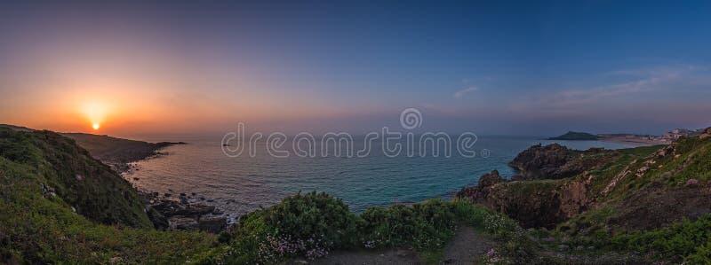 Zonsondergang over de kust Van Cornwall stock afbeelding