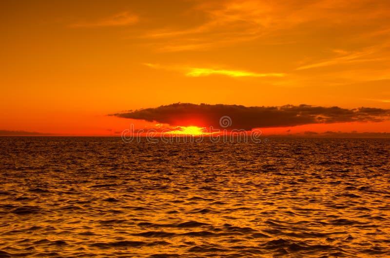 Zonsondergang over de kust van de Atlantische Oceaan royalty-vrije stock fotografie