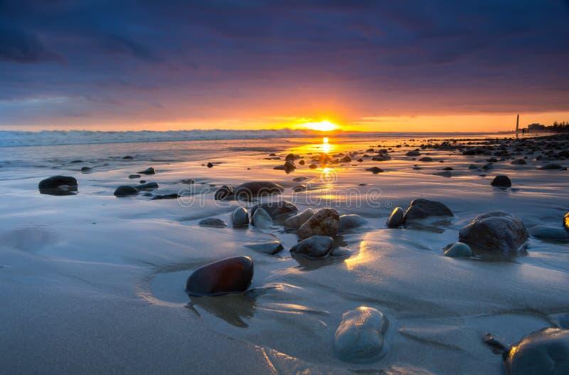 Zonsondergang over de kust van de Atlantische Oceaan royalty-vrije stock foto's