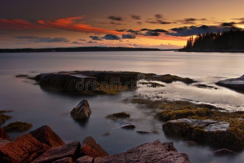 Zonsondergang over de Kust van Maine met Mooie Hemel stock afbeeldingen