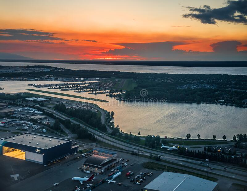 Zonsondergang over de luchthaven stock foto