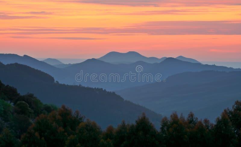 Zonsondergang over de mist stock afbeeldingen
