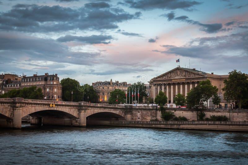 Zonsondergang over de Nationale assemblee in Parijs stock afbeeldingen