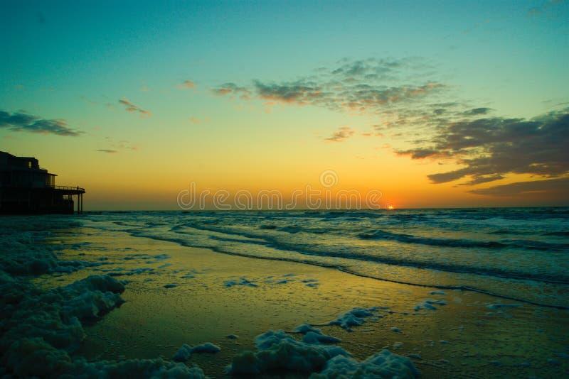 Zonsondergang over de Noordzee in België stock afbeelding