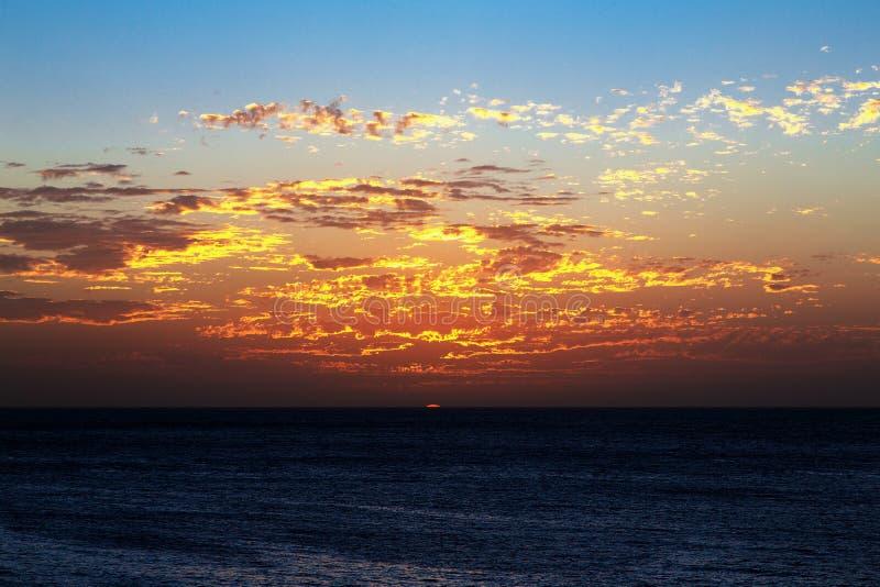 Zonsondergang over de oceaan stock foto's