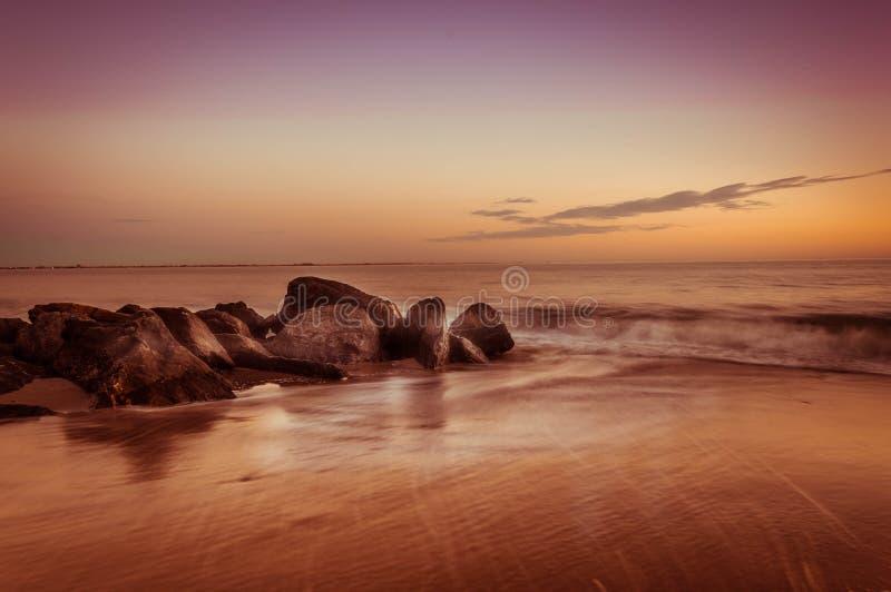 Zonsondergang over de oceaan stock afbeeldingen