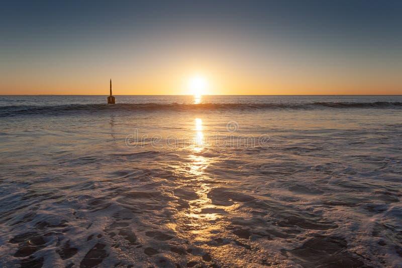 Zonsondergang over de oceaan bij Cottesloe-strand, Perth, Westelijk Australië stock afbeeldingen