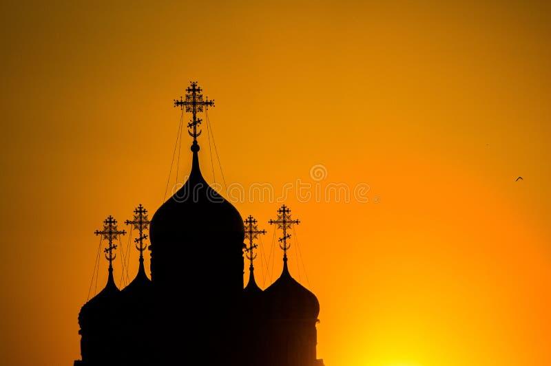 Zonsondergang over de Orthodoxe Kerk in Kaluga-gebied in Rusland royalty-vrije stock fotografie