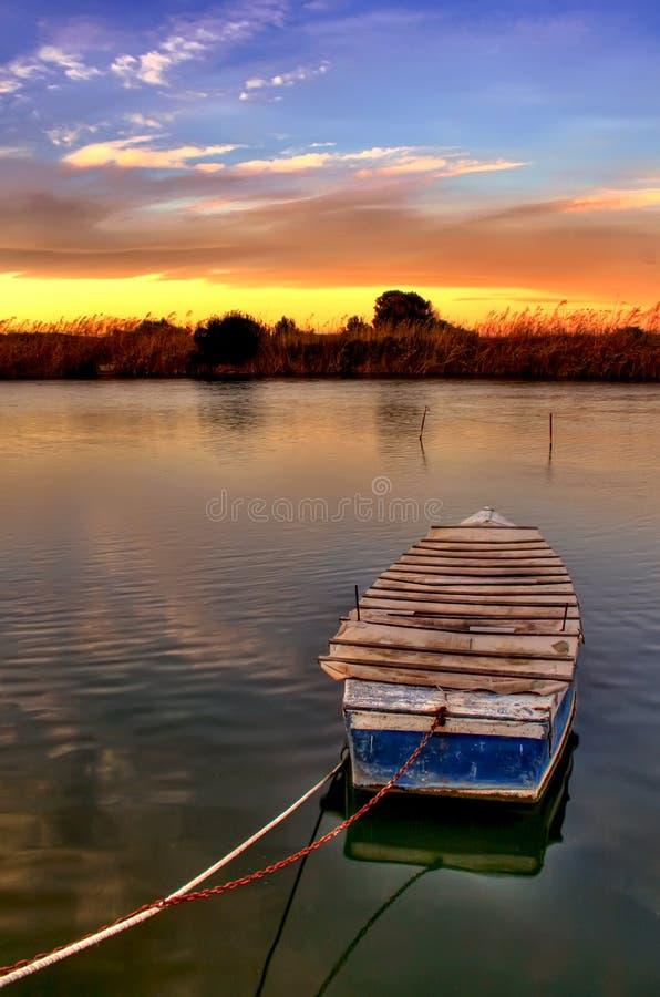 Zonsondergang over de rivier stock foto