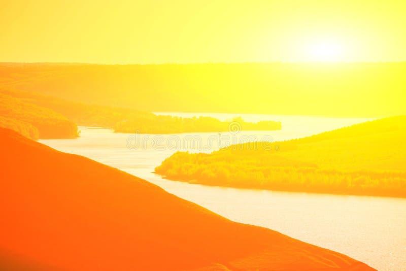 Zonsondergang over de rivier in bergen royalty-vrije stock foto's