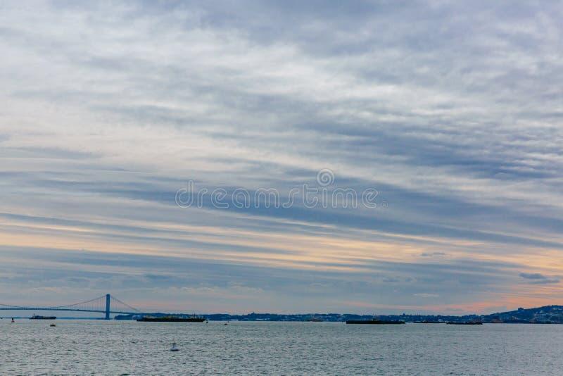 Zonsondergang over de Rivier van het Oosten in de Stad van New York, de V.S. stock foto