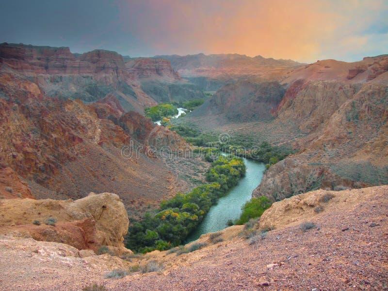 Zonsondergang over de rode canion met rivier het lopen royalty-vrije stock foto