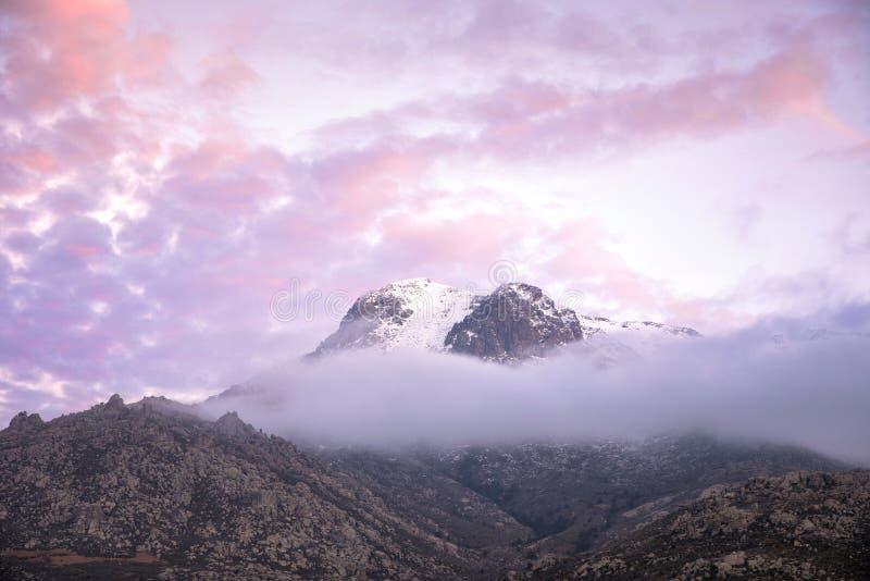 Zonsondergang over de rokerige berg royalty-vrije stock foto