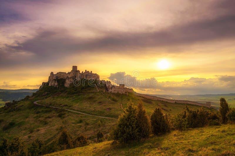 Zonsondergang over de ruïnes van Spis-Kasteel in Slowakije royalty-vrije stock fotografie