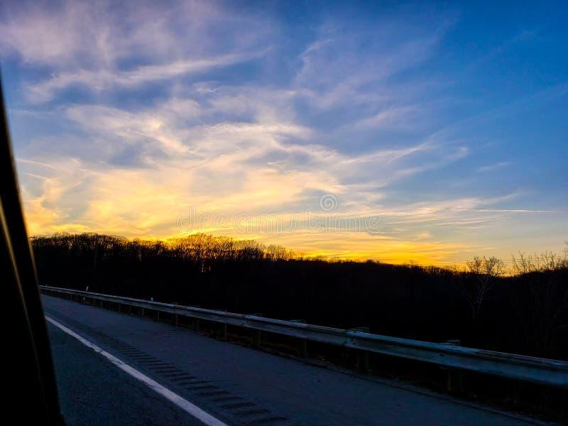 Zonsondergang over de snelweg stock foto