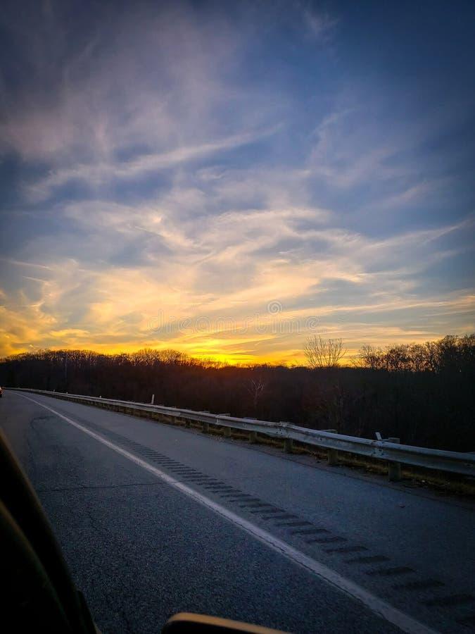 Zonsondergang over de snelweg royalty-vrije stock afbeelding
