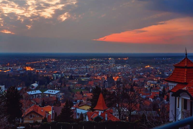 Zonsondergang over de stad stock fotografie
