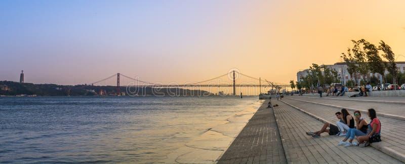 Zonsondergang over de Tagus-Rivier met Vasco da Gama Bridge, Lissabon, Portugal stock foto's