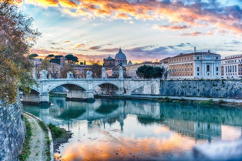 Zonsondergang over de Tiber-rivier in Rome, Italië stock afbeelding