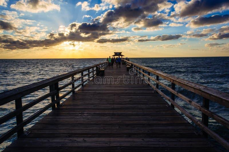 Zonsondergang over de visserijpijler in Napels, Florida stock afbeeldingen