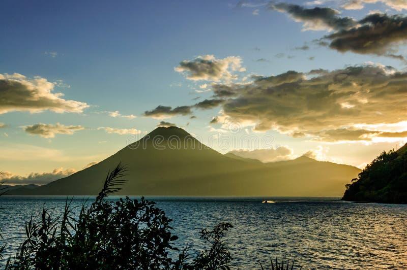 Zonsondergang over de vulkaan van San Pedro, Meer Atitlan, Guatemala stock afbeelding