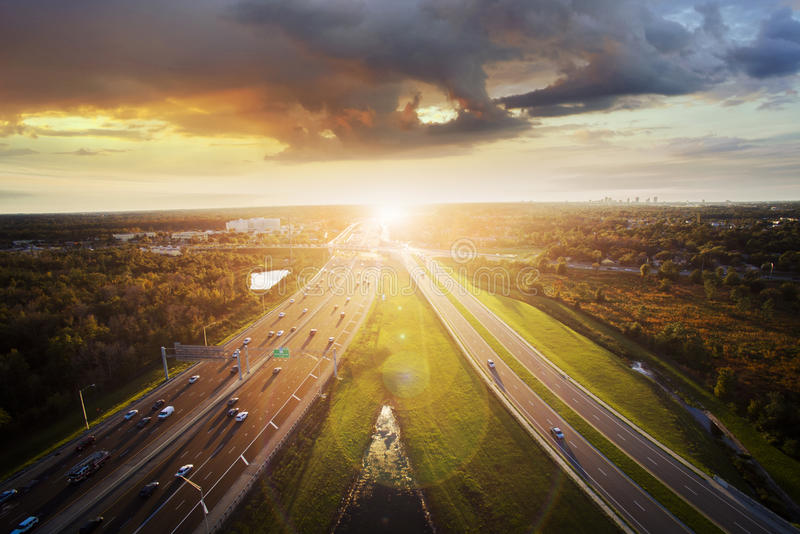 Zonsondergang over de weg stock fotografie