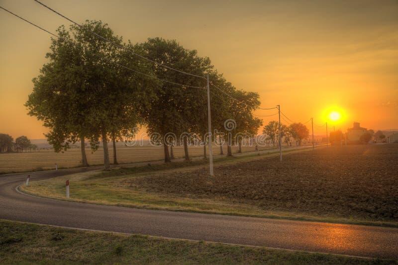Zonsondergang over de weg - Toscanië royalty-vrije stock foto's