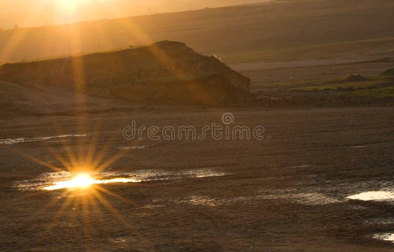 Zonsondergang over de woestenijen stock afbeeldingen
