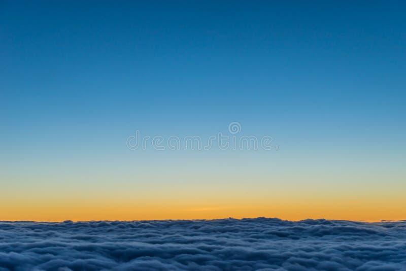 Zonsondergang over de wolken royalty-vrije stock foto