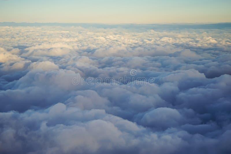 Zonsondergang over de wolken stock foto