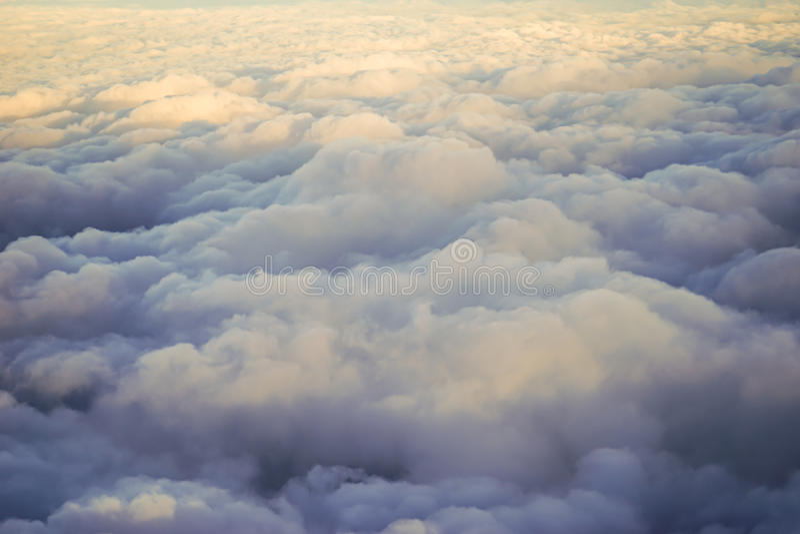 Zonsondergang over de wolken stock afbeelding
