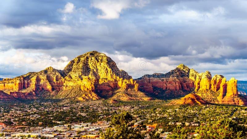 Zonsondergang over Donderberg en andere rode rotsbergen die de stad van Sedona, Arizona omringen stock fotografie