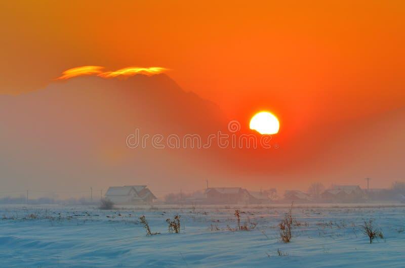 Zonsondergang over dorp royalty-vrije stock fotografie