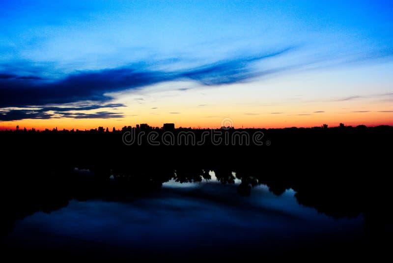 Zonsondergang over een kleine stad stock foto's