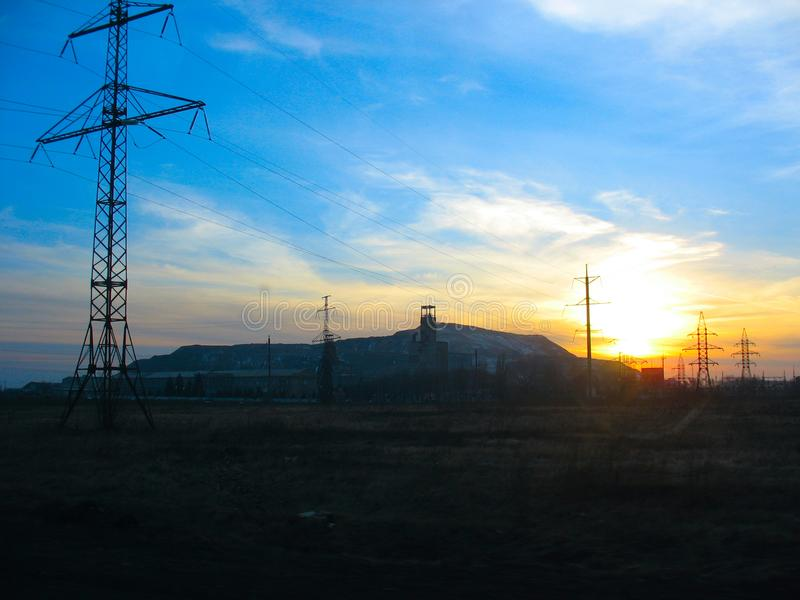 zonsondergang over een kolenmijn stock afbeelding