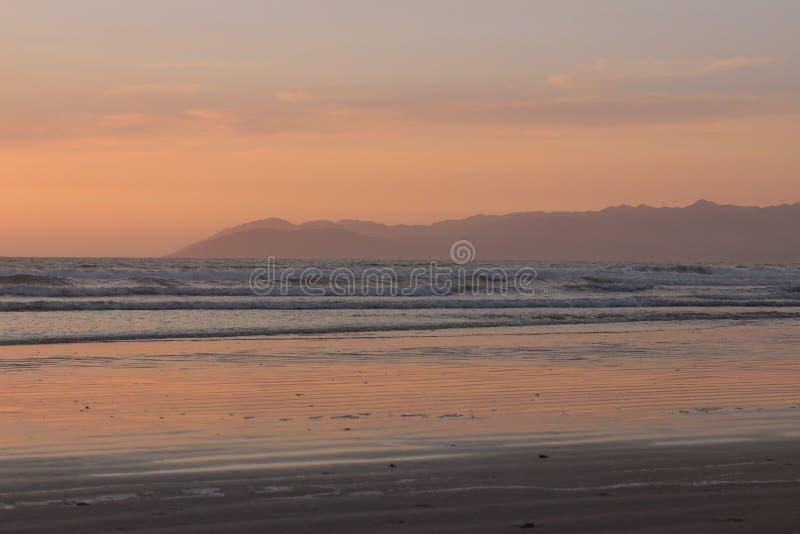 Zonsondergang over een leeg Pismo-Strand, Californië royalty-vrije stock afbeeldingen
