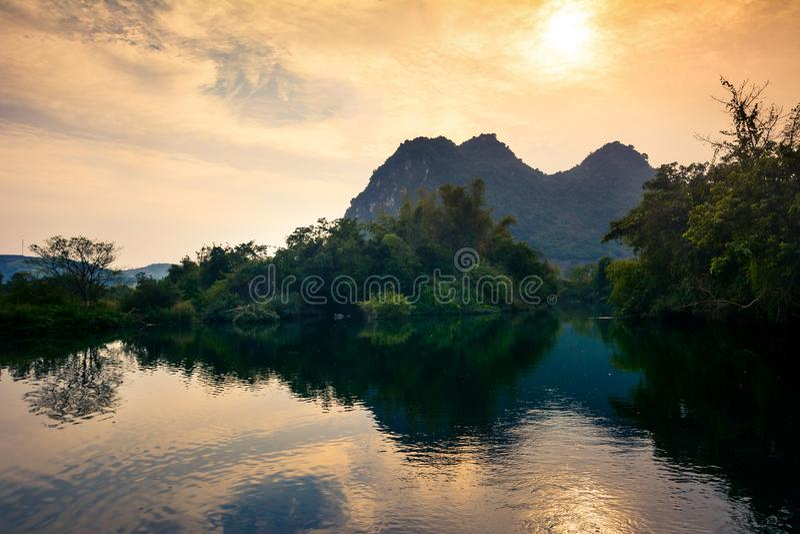 Zonsondergang over een meer in Guangxi-provincie van China royalty-vrije stock afbeeldingen