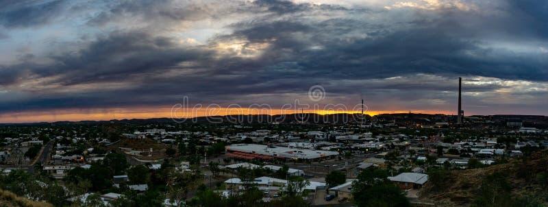 Zonsondergang over een mijnbouwstad royalty-vrije stock foto's