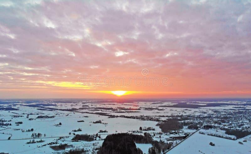 Zonsondergang over een stad met een horizon stock fotografie