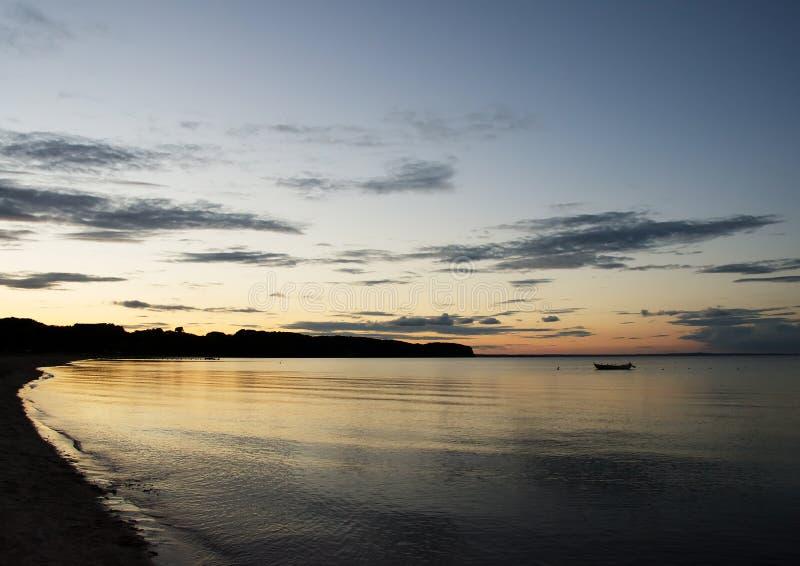 Zonsondergang over een strand dichtbij Middelfart, Denemarken royalty-vrije stock foto's