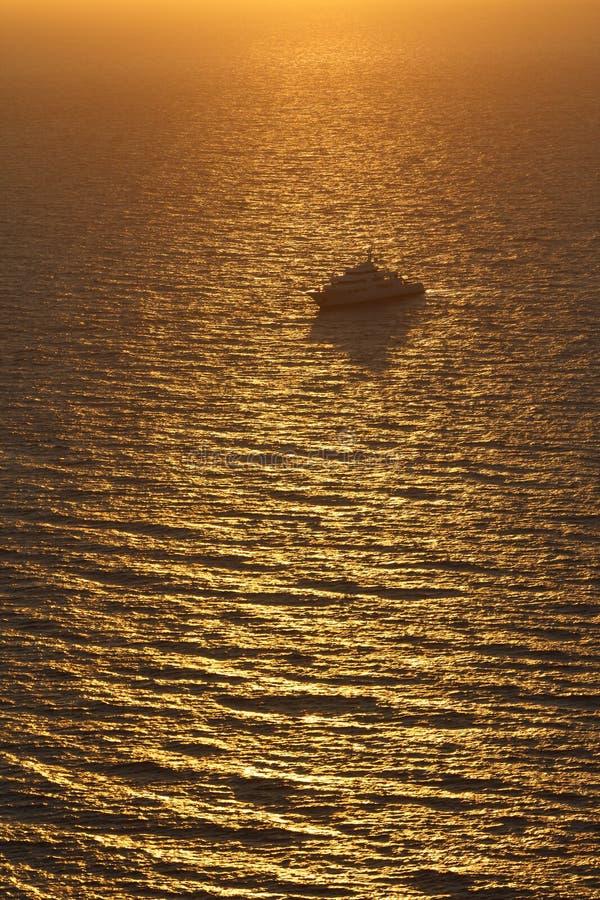Zonsondergang over Egeïsche overzees dichtbij Oia dorp op Santorini stock foto