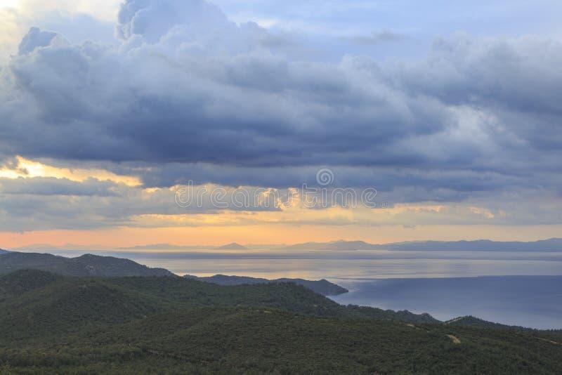 Zonsondergang over Egeïsche overzees van de bergen in datca stock fotografie