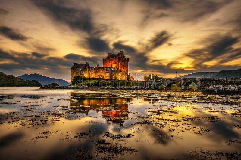Zonsondergang over Eilean Donan Castle in Schotland royalty-vrije stock afbeeldingen