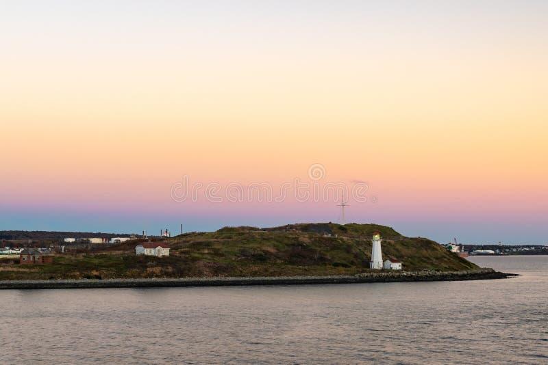 Zonsondergang over Georges Island en de Vuurtoren in Halifax stock afbeeldingen