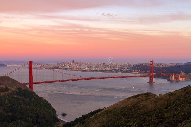 Zonsondergang over Golden gate bridge en San Francisco Skyline CA de V.S. royalty-vrije stock foto's