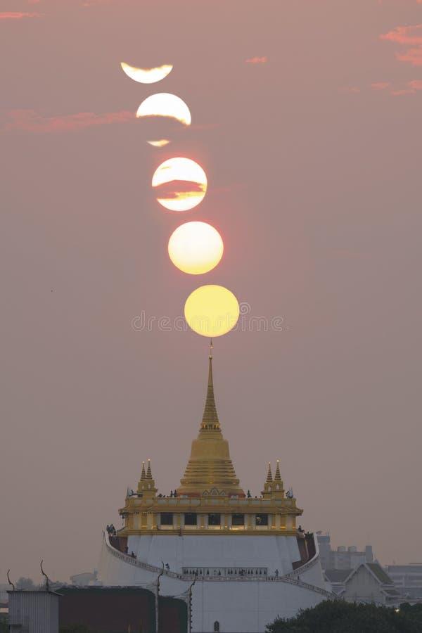 Zonsondergang over gouden berg in elk jaar in Maart, Bangkok, Tha stock foto's