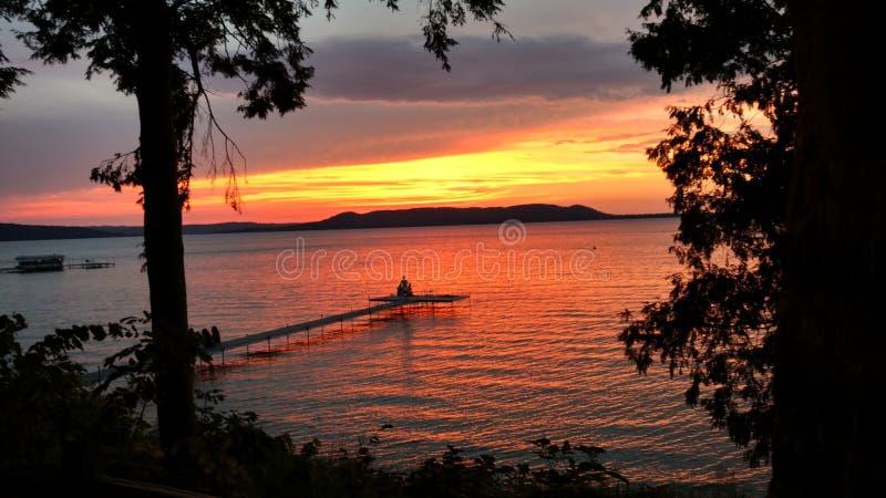 Zonsondergang over Groot Glen Lake van Kolonisten` s Park stock afbeeldingen