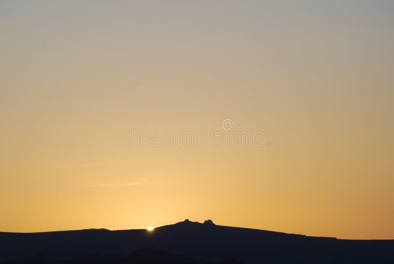 Zonsondergang over Haytor op dartmoor stock foto